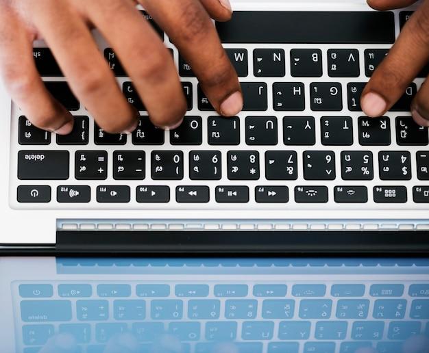 Бизнесмен, используя компьютерный ноутбук на работе