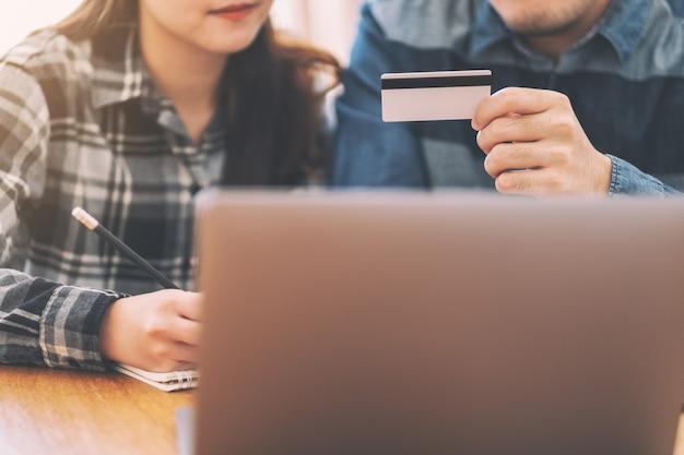 Бизнесмен с помощью кредитной карты для покупок и покупок в интернете