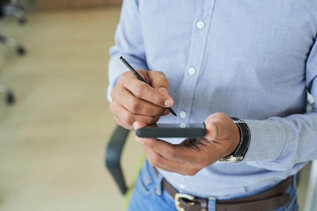 デジタルペンを使用してビジネスマン