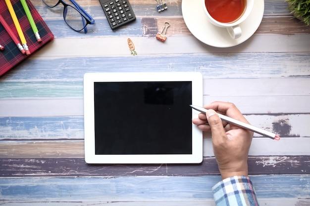 사무실 책상에 디지털 태블릿을 사용하는 사업