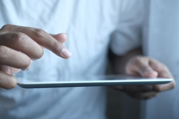 사무실 책상에 디지털 태블릿을 사용하는 사업가