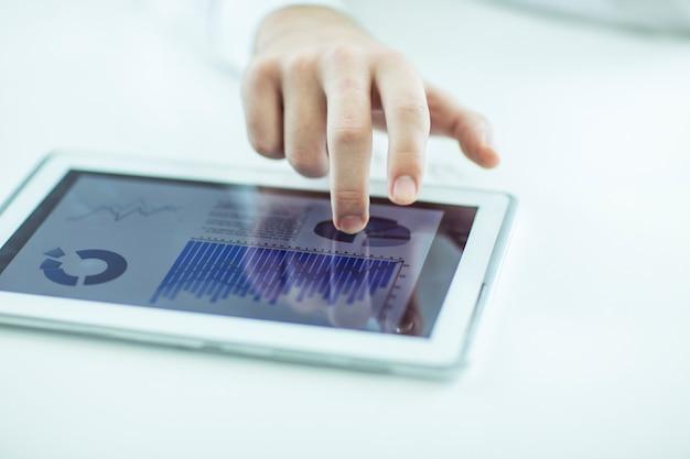 디지털 태블릿을 사용하는 사업가, 책상에서 재정 일정 작업