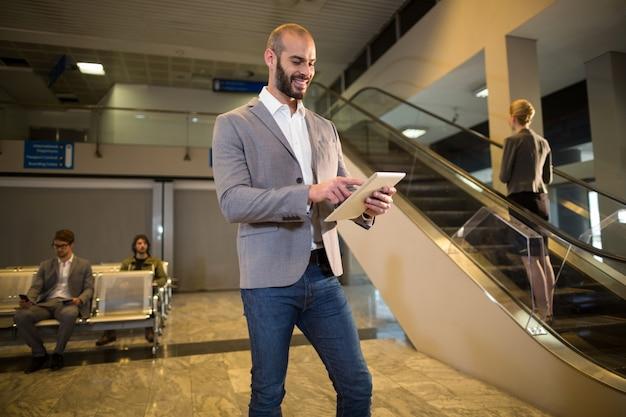デジタルタブレットを使用してビジネスマン