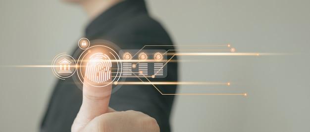 개인 금융 데이터에 액세스하기 위해 지문 식별을 사용하는 사업가입니다. 디지털 사이버 범죄에 대비한 신원 및 기술 식별을 위한 혁신 보안