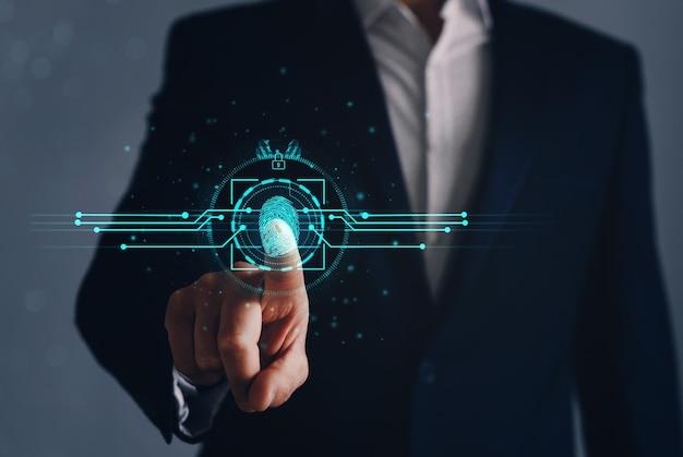 Бизнесмен, использующий идентификацию отпечатка пальца для защиты личного доступа к биометрическим данным