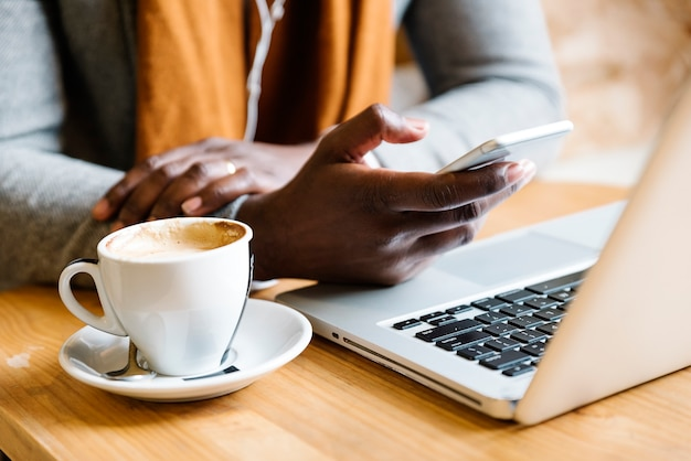 Cofee shop에서 자신의 노트북을 사용하는 사업가. 비즈니스 컨셉