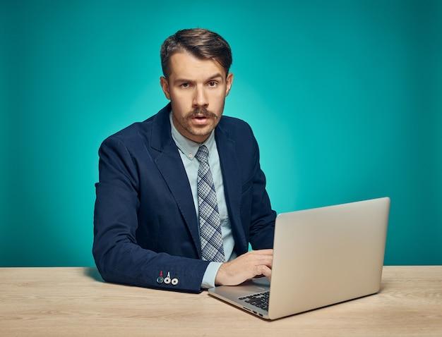 オフィスでラップトップを使用してビジネスマン