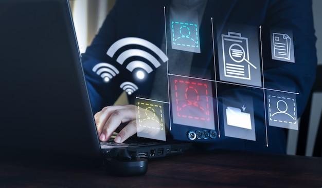 Бизнесмен, использующий ноутбук для онлайн-общения через wi-fi. безграничная коммуникационная концепция
