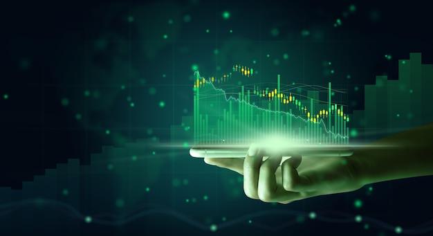 모바일 분석 주식 시장 재무 데이터와 경제 성장 그래프 차트를 사용하는 사업가.