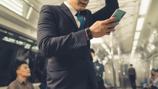 공공 열차에 휴대 전화를 사용하는 사업