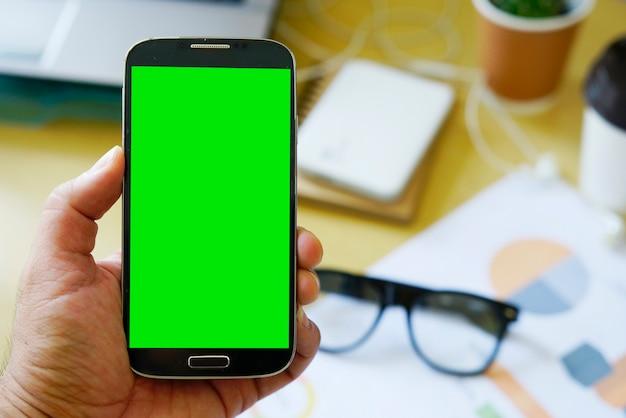 Бизнесмен с помощью мобильного смартфона с зеленым экраном