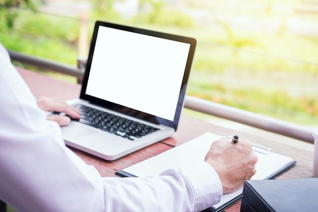 그의 노트북 컴퓨터에 개인 공간 야외, 무선 연결 인터넷에서 작업하기 위해 현대 노트북을 사용하는 사업가