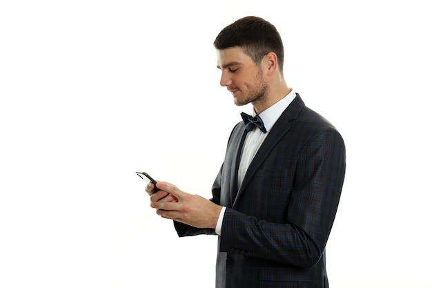 Бизнесмен с помощью телефона, изолированные на белом фоне.