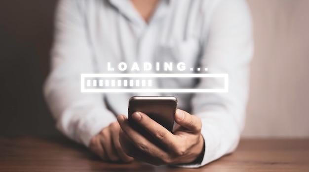 Бизнесмен с помощью смартфона для загрузки и загрузки приложений и информации, концепции технологии.