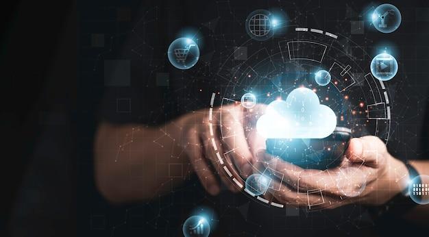 가상 클라우드 컴퓨팅 기술 혁신과 사물 인터넷으로 스마트폰을 사용하는 사업가입니다. 클라우드 기술 관리 빅 데이터에는 비즈니스 전략, 고객 서비스가 포함됩니다.