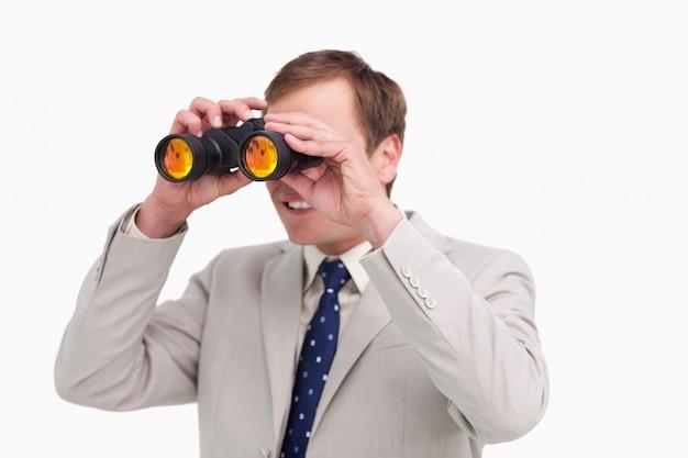 Бизнесмен, используя шпионские очки