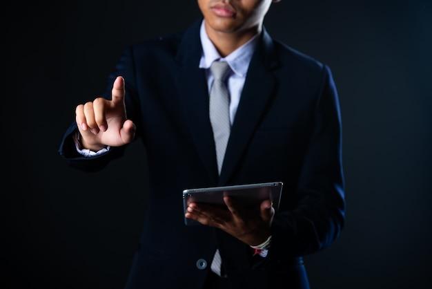 태블릿 판매 기술 및 경제 성장 그래프 차트, 기술을 사용하는 사업가