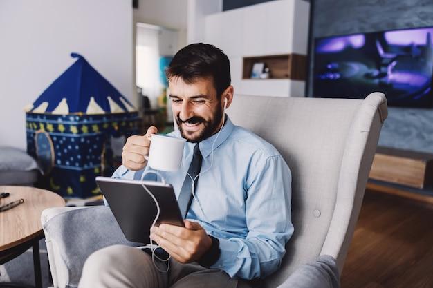Бизнесмен с помощью планшета и работает из дома во время карантина.