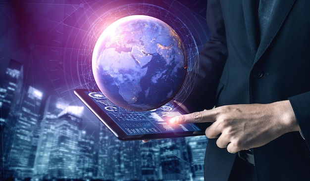 Бизнесмен, использующий планшетный компьютер с программным обеспечением коммуникационных технологий