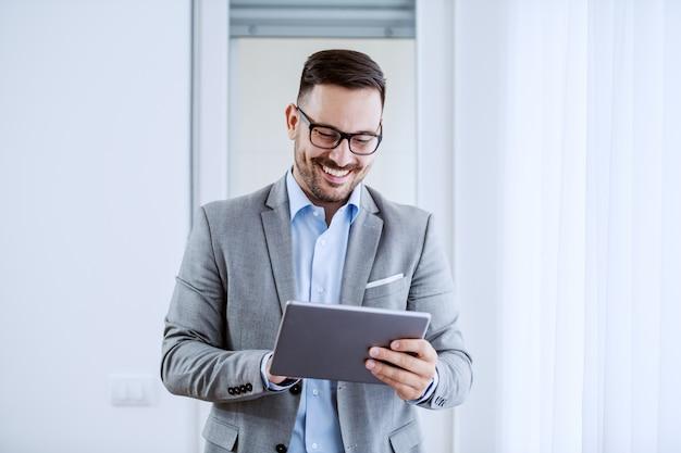 Бизнесмен с помощью планшета.