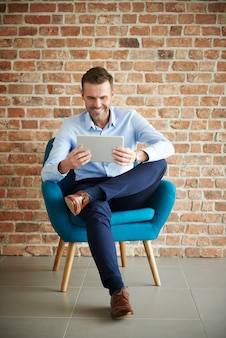 デジタルタブレットを使用しているビジネスマン