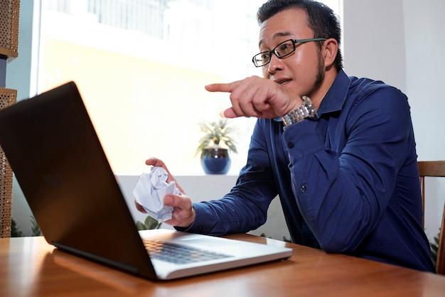 Бизнесмен, работающий по телефону