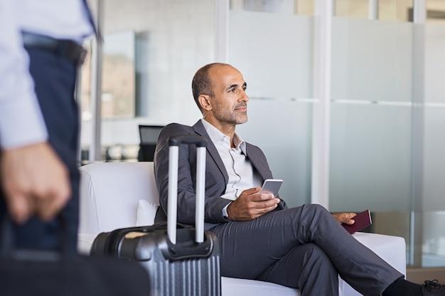 空港で待っているビジネスマン