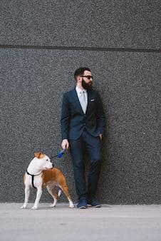 Бизнесмен гуляет с собакой на улице