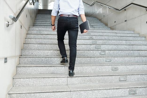 계단을 걷는 사업가
