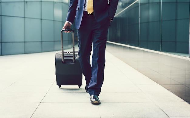 Бизнесмен гуляет с чемоданом