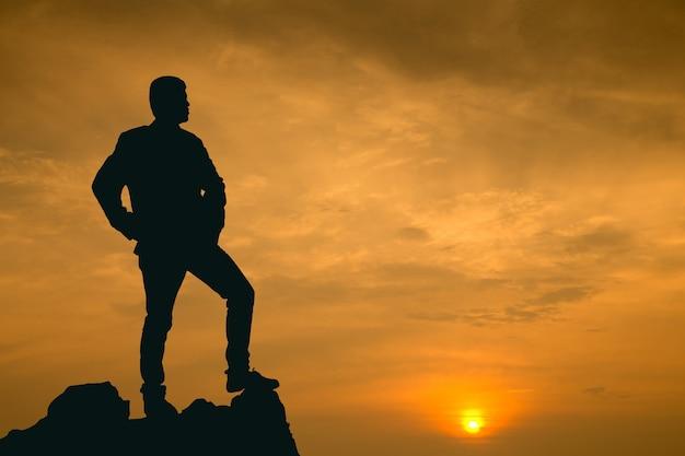 Бизнесмен смотреть на свое видение на высокой горе
