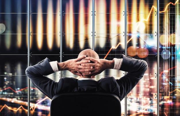 Бизнесмен смотрит виртуальный широкоэкранный бизнес-анализ