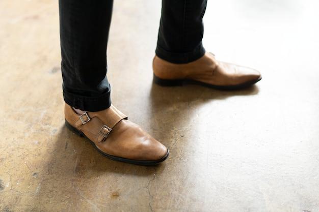 茶色の靴を履いているビジネスマン