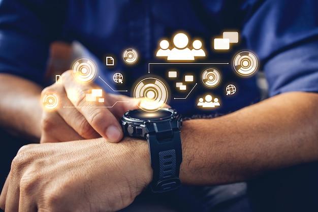 Бизнесмен, носить цифровые умные часы в руке, касаясь экрана, чтобы открыть уведомление о прочтении сообщения