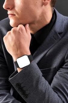 Uomo d'affari che indossa gadget tecnologici smartwatch