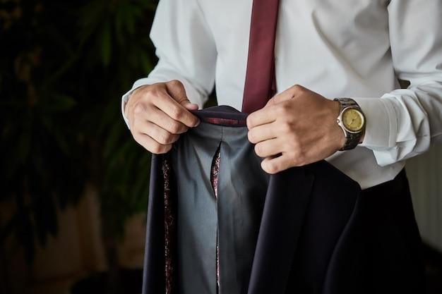 Бизнесмен носит пиджак