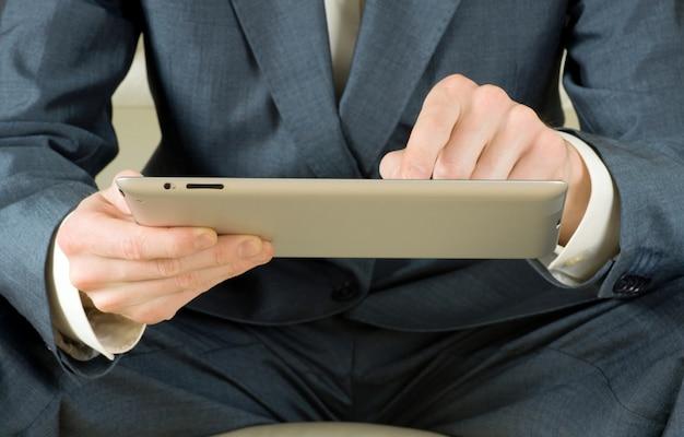Бизнесмен с планшетным компьютером