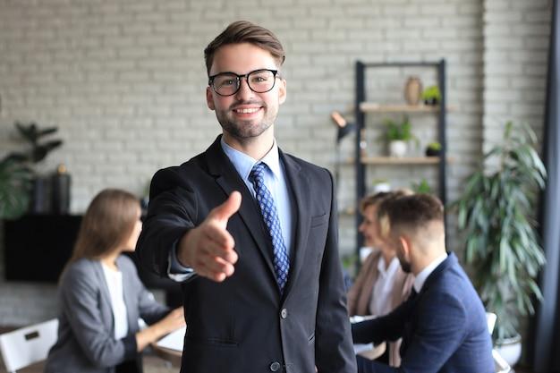 契約を結ぶ準備ができている開いた手を持つビジネスマン。