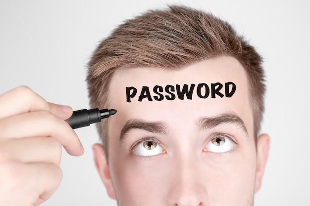Бизнесмен с черным маркером пишет слово пароль на лбу