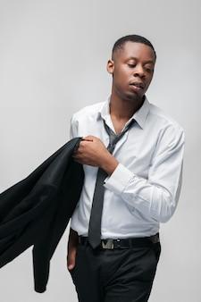 검은 양복과 넥타이와 실업가