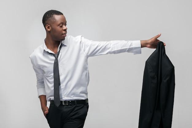Бизнесмен с черным костюмом и галстуком