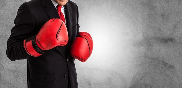 Бизнесмен с боксерскими перчатками, готовыми к борьбе