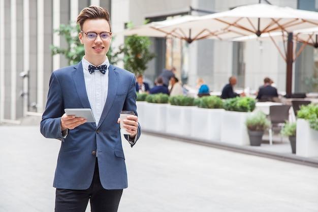 都会でカジュアルなスタイルのビジネスマン