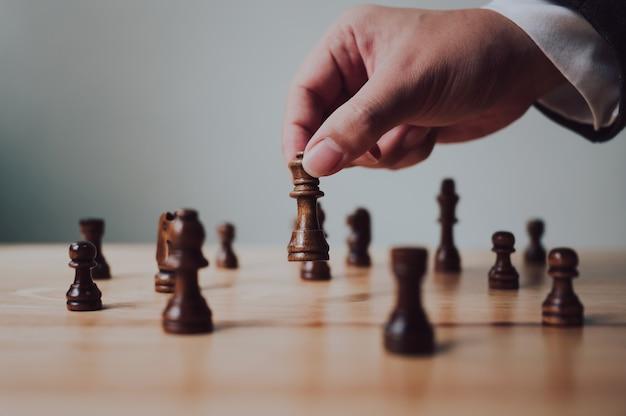 チェス盤ゲームの計画戦略と戦術の概念を持つビジネスマン