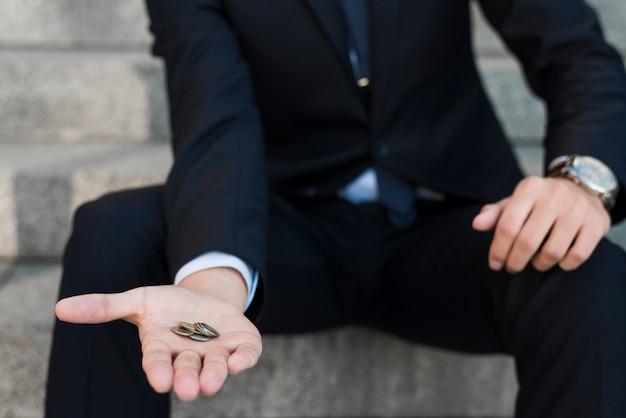 Бизнесмен с монетами в руке