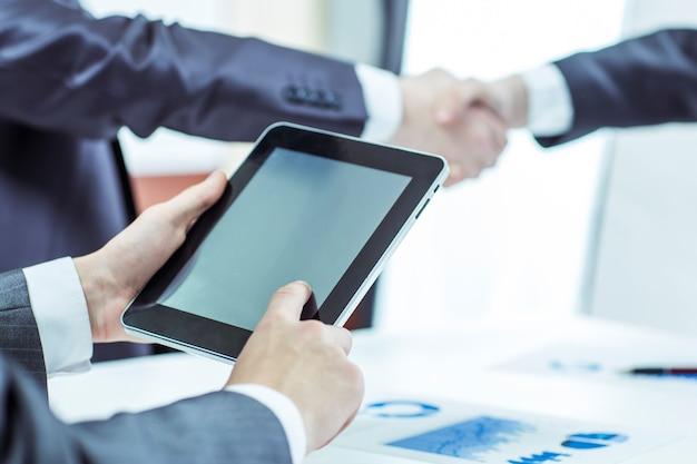 デジタルタブレットを持つビジネスマン