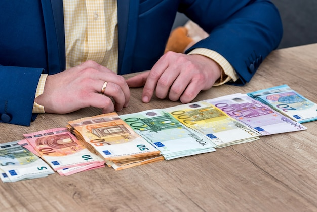 행에 분산 된 유로 지폐와 실업가 프리미엄 사진