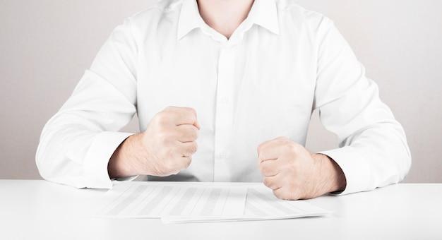 財務報告を持つビジネスマン