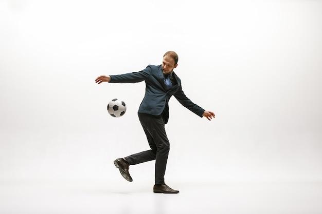 オフィスでサッカーボールを持つビジネスマン