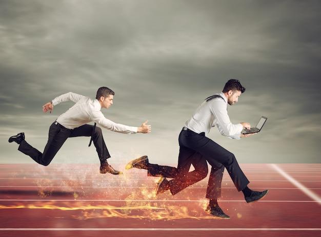 네 다리를 가진 사업가는 노트북에서 너무 많은 작업으로 빠르게 실행됩니다. 경쟁과 성공의 개념